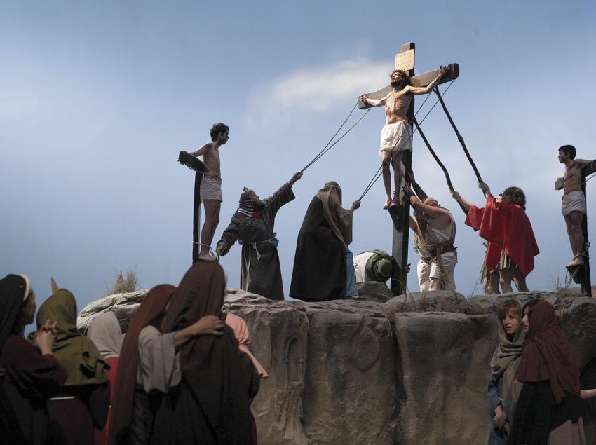 Escena de la crucifixión en la representación de la Pasión.  (Oriol Llauradó)