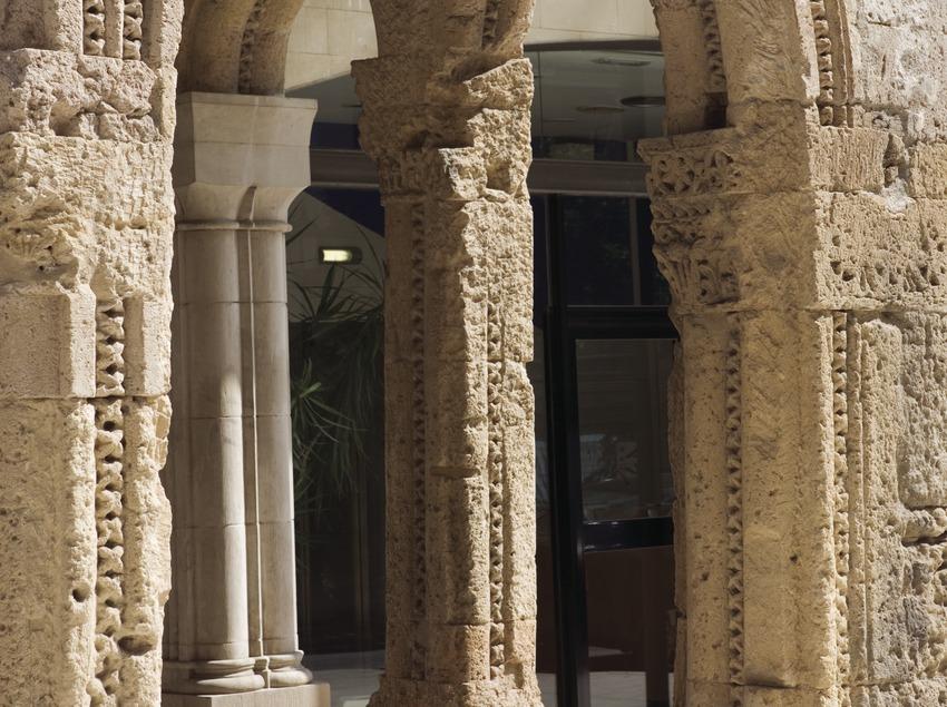 Arc de la façana de l'antic Hospital, seu del Consell Comarcal del Tarragonès.