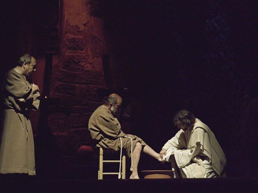 Jésus lave les pieds des apôtres dans la représentation théâtrale de la Passion.  (Oriol Llauradó)