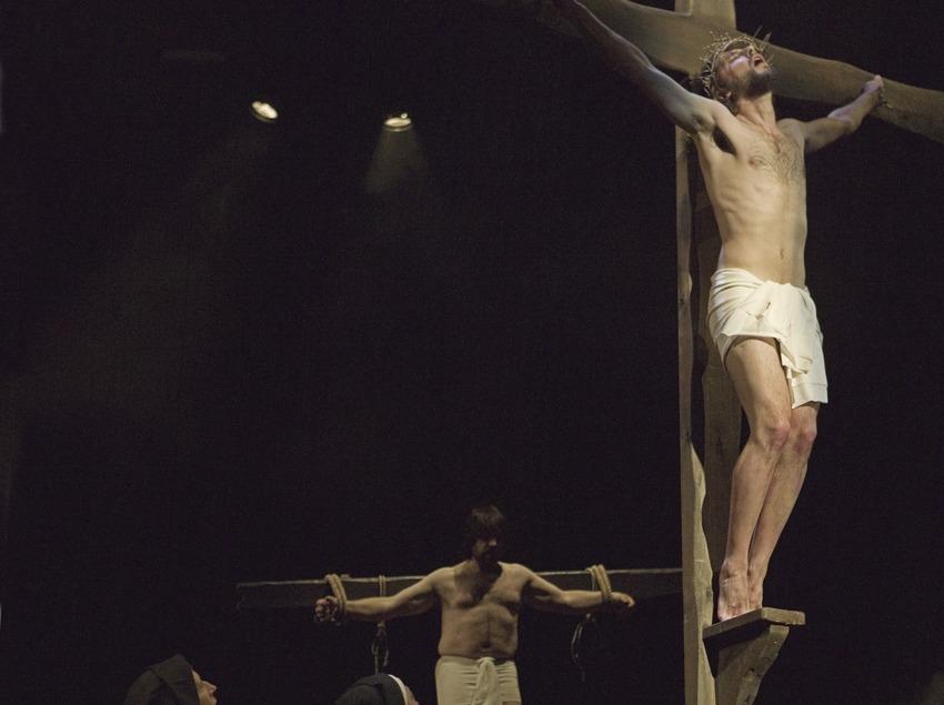 Escena de la Crucifixió en la representació teatral de la Passió  (Oriol Llauradó)