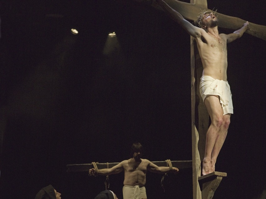 Scène de la crucifixion du Christ dans la représentation théâtrale de la Passion  (Oriol Llauradó)