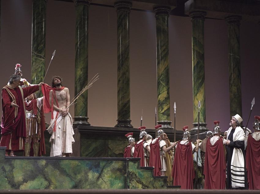 Jesús es condenado por Poncio Pilatos en la representación teatral de la Pasión  (Oriol Llauradó)