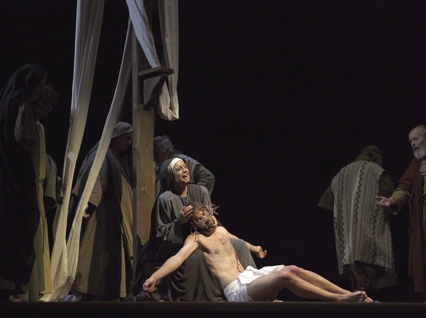 Escena del descendimiento de la cruz en la representación teatral de la Pasión  (Oriol Llauradó)