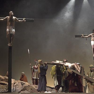 Escena de la Crucifixión en la representación teatral de la Pasión  (Oriol Llauradó)