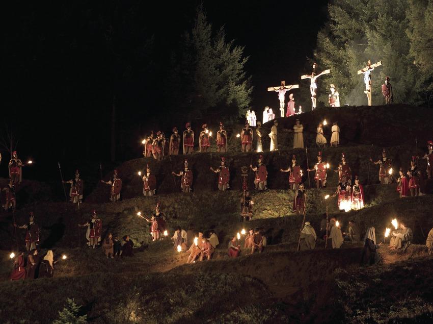 Escena del calvario en la procesión del Vía Crucis viviente.  (Oriol Llauradó)