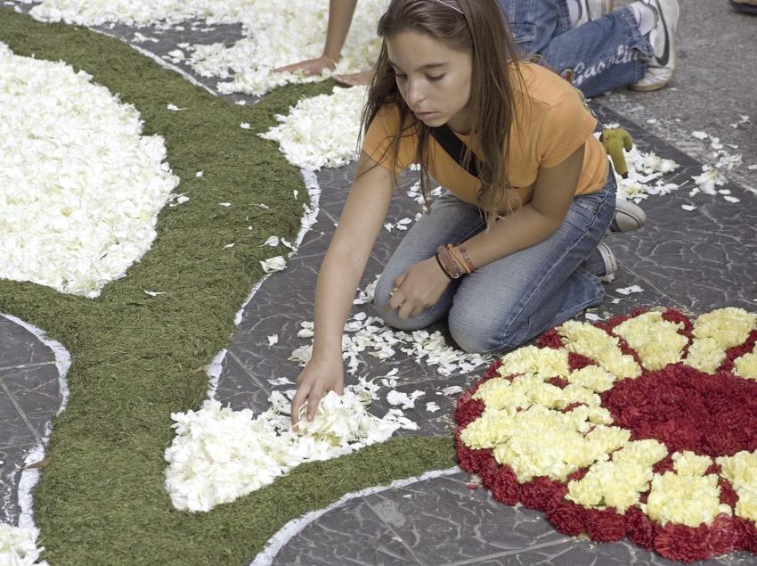 Décorations des rues avec des tapis de fleurs le jour du Corpus Christi.