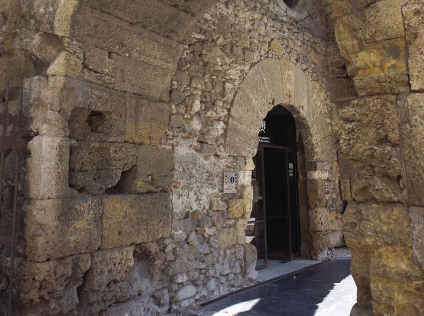 Vuelta de la puerta del Fòrum Provincial en la plaza del Pallol.  (Nano Cañas)