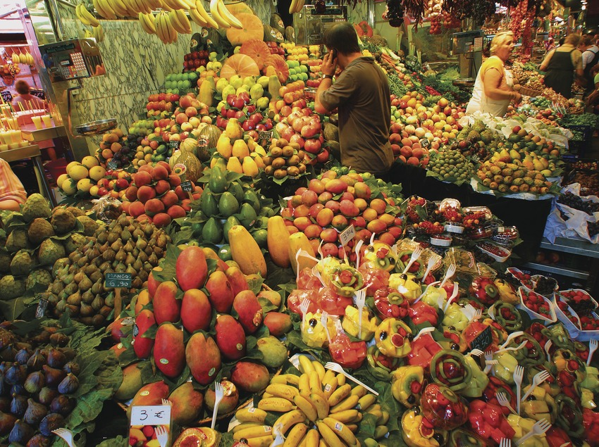 Fruit stall in the Boqueria market in Barcelona (Lluís Carro)