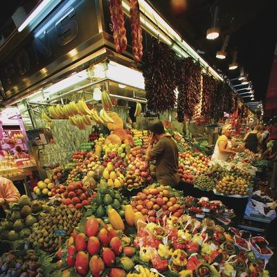 Parada de fruita al mercat de la Boqueria a Barcelona