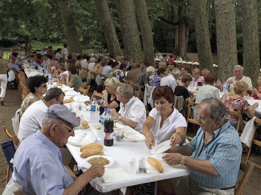 Almuerzo de fraternidad durante el encuentro de sardanistas.  (Oriol Llauradó)