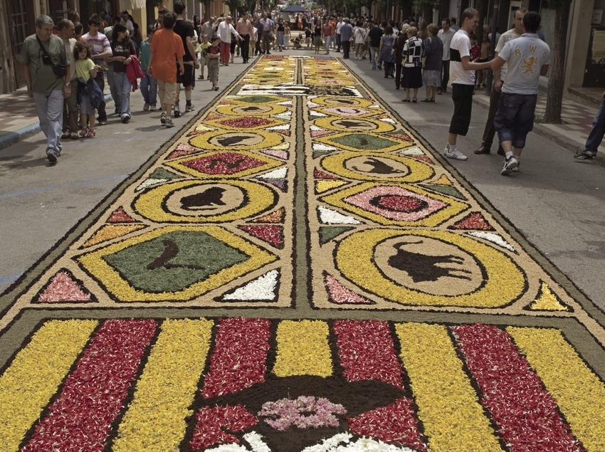 Décorations dans les rues pendant la fête de Les Enramades.  (Oriol Llauradó)