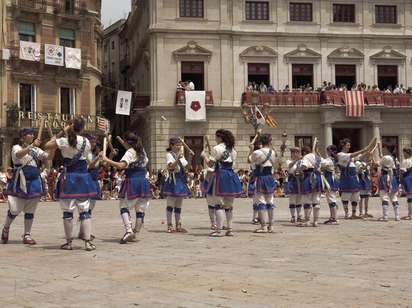 Baile de bastoners durante la Fiesta Mayor.  (Oriol Llauradó)
