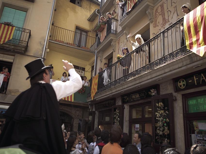 Lanzamiento del ramo durante la Festa de la Llana i del Casament a Pagès.  (Oriol Llauradó)