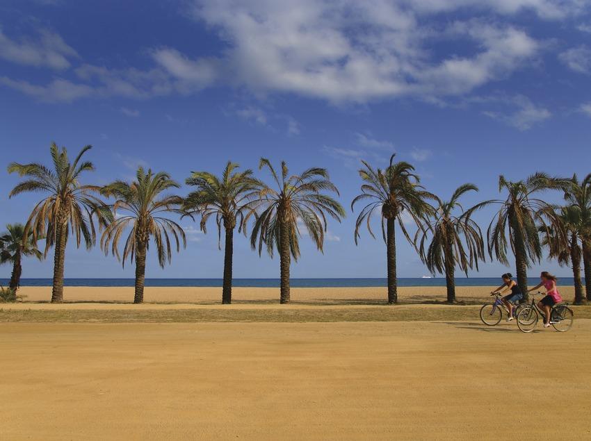 Junge Mädchen mit dem Rad auf der Strandpromenade von Santa Susana