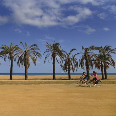Chicas en bici en el paseo de Santa Susana