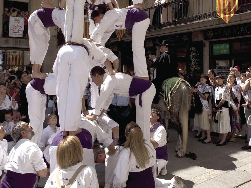 Exhibición castellera (torres humanas) durante la Festa de la Llana i del Casament a Pagès.