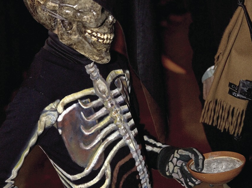 Esquelet amb el platet de la cendra, durant la Dansa de la Mort el Dijous Sant.  (Oriol Llauradó)