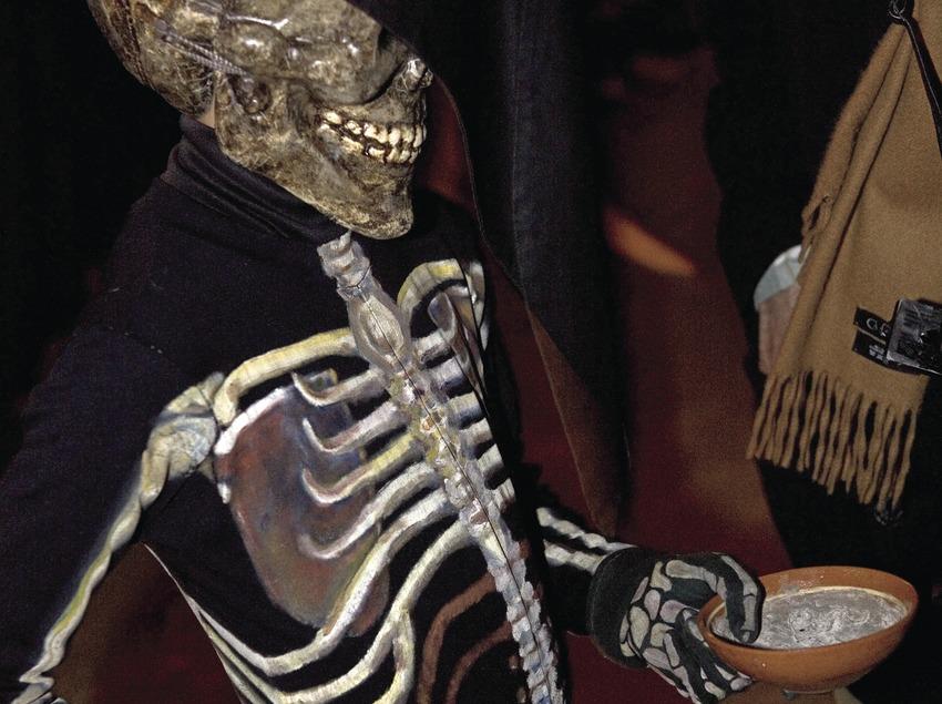Squelette avec la coupelle de cendre pendant la Dansa de la mort (Danse de la mort) le Jeudi Saint.  (Oriol Llauradó)