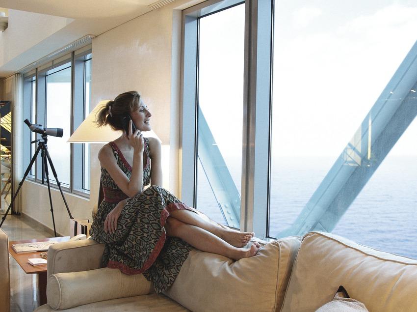 Muchacha en una habitación del hotel Arts (Lluís Carro)