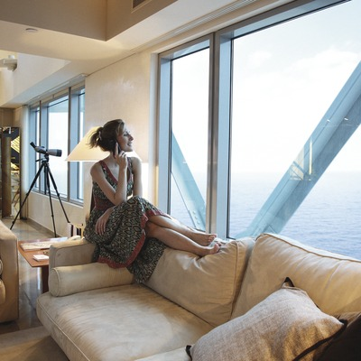 Noia en una habitació de l'hotel Arts (Lluís Carro)