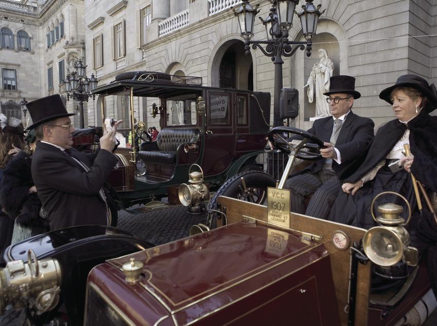 Inici del Ral·li Internacional de cotxes d'època Barcelona-Sitges, a la plaça de Sant Jaume.  (Oriol Llauradó)