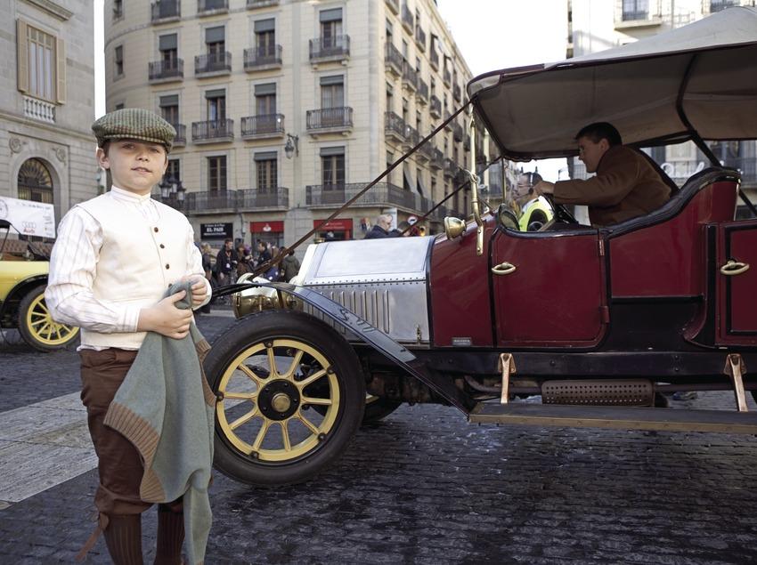 Inicio del Rally Internacional de coches de época Barcelona-Sitges, en la plaza de Sant Jaume.  (Oriol Llauradó)