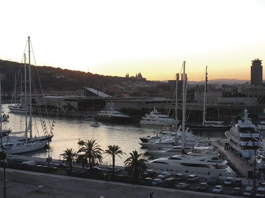 Vista del Port Vell de Barcelona con el centro lúdico Maremagnum al fondo  (Marc Ripol)