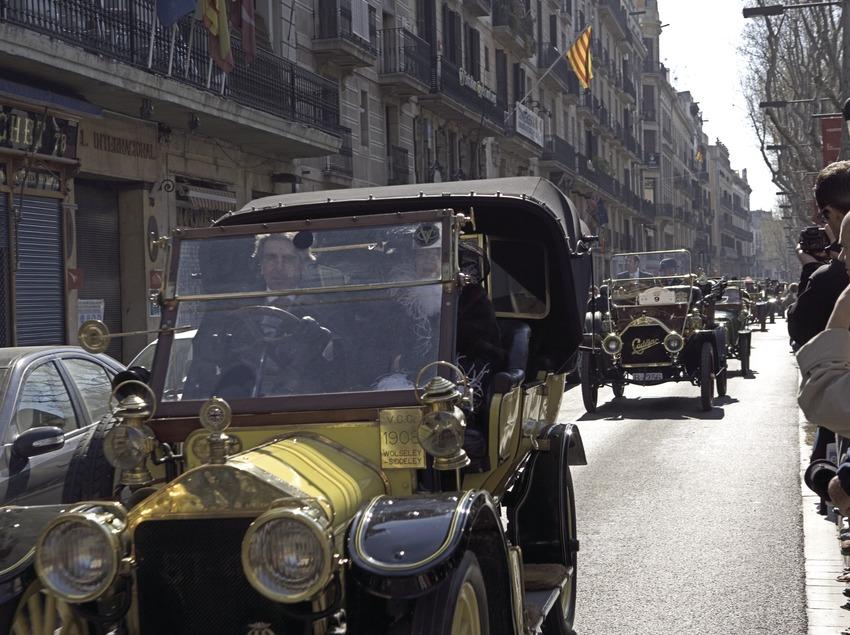 Salida del Rally Internacional de coches de época Barcelona-Sitges, en la calle Ferran  (Oriol Llauradó)