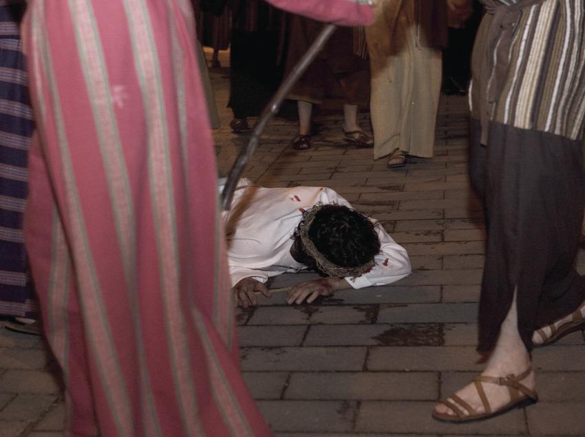 Représentation de la première chute de Jésus le Jeudi Saint.  (Oriol Llauradó)