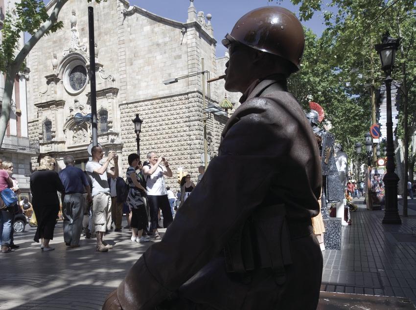 Estàtua humana a la Rambla, al fons l'església de Betlem.  (Nano Cañas)