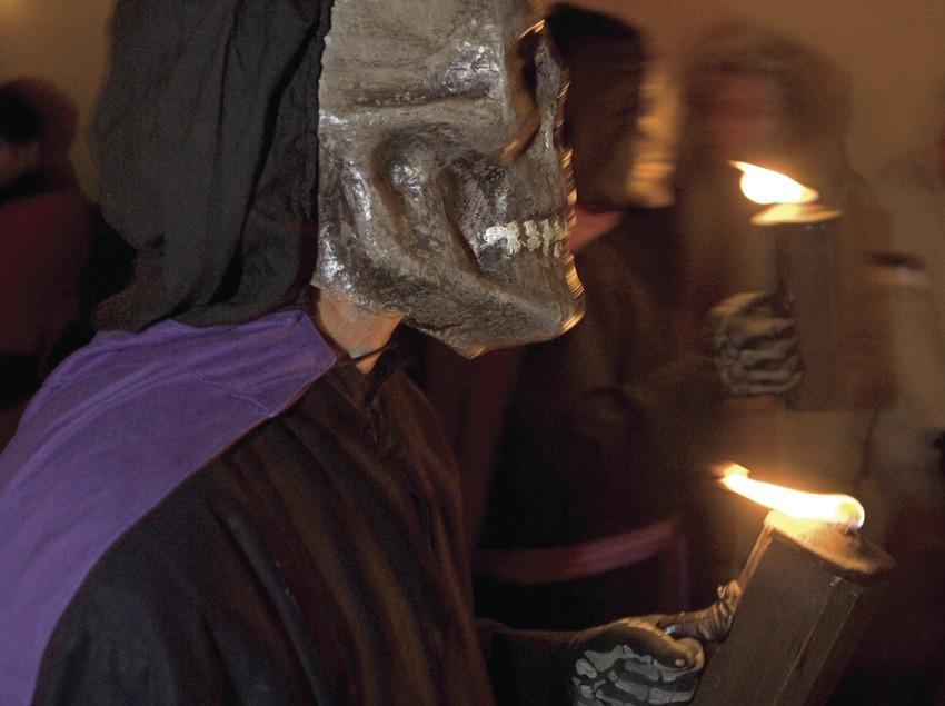 Squelette avec la torche pendant la Dansa de la mort le Jeudi Saint.  (Oriol Llauradó)