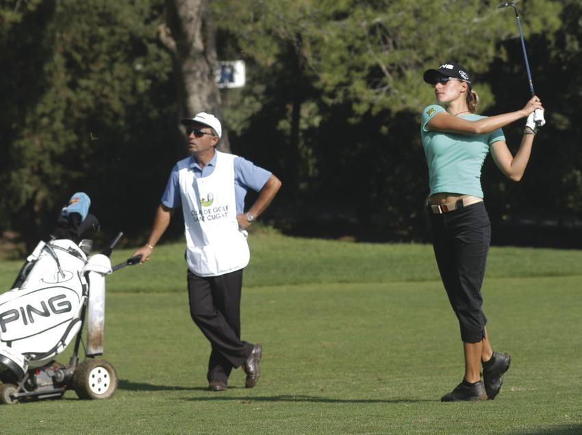 Chica participando en un torneo de golf