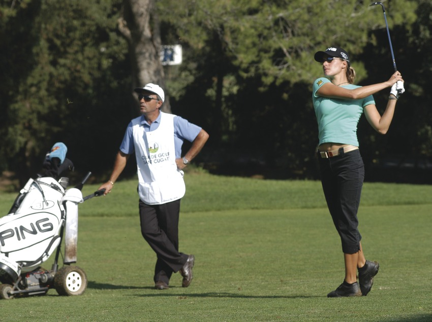 Jeune fille participant à un tournoi de golf