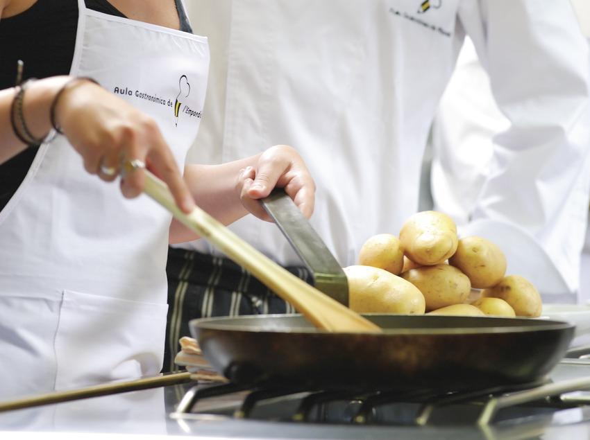 Profesor y alumna en una escuela de cocina