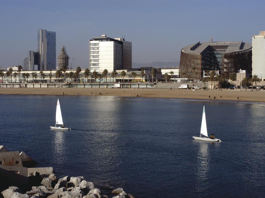Veleros saliendo de la bocana del puerto olímpico de Barcelona  (Marc Ripol)