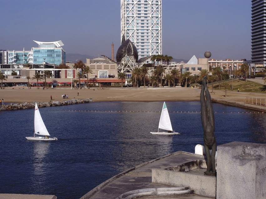 Velers sortint de la bocana del Port Olímpic de Barcelona  (Marc Ripol)