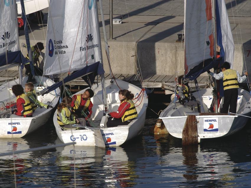 Niños en la escuela de vela del puerto olímpico de Barcelona