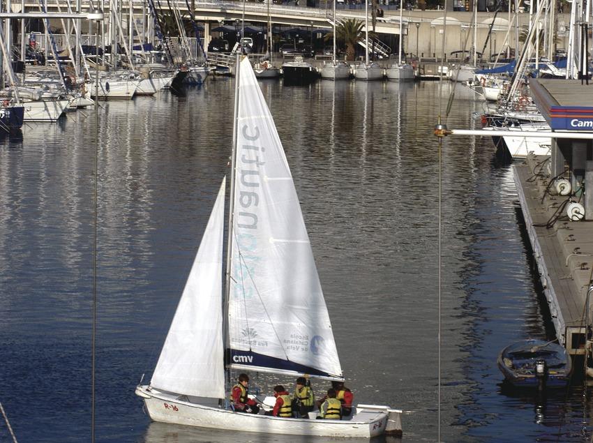 Velero en la escuela de vela del puerto olímpico de Barcelona  (Marc Ripol)
