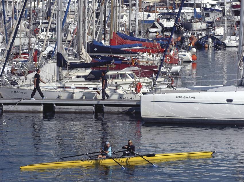 Canoa delante de los pantalanes del Reial Club Nàutic de Barcelona