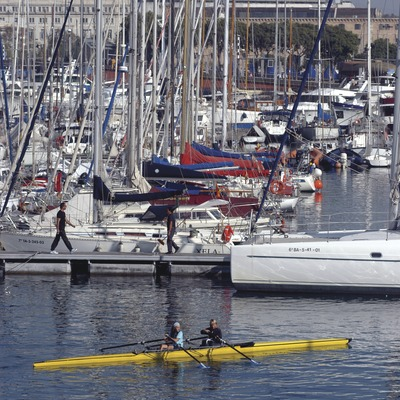 Canoa davant els pantalans del Reial Club Nàutic de Barcelona