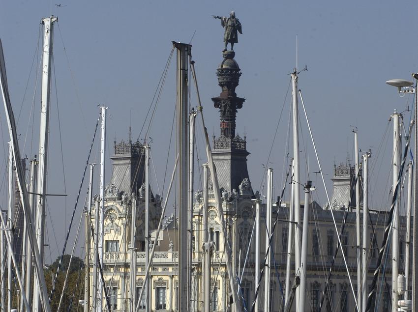 Veleros en el Reial Club Marítim de Barcelona con la estatua de Colón al fondo  (Marc Ripol)