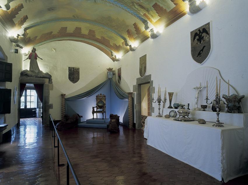 Salón de los escudos de la Casa-Museo Castillo Gala Dalí de Púbol  (Imagen M.A.S.)