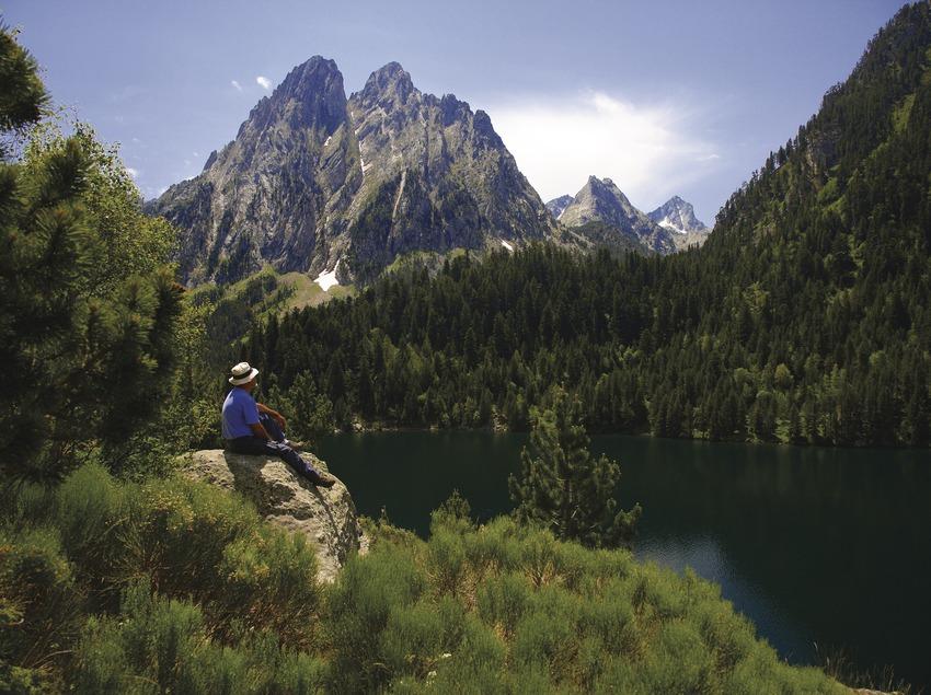 Lac de Sant Maurici et montagne d'Encantats. Parc national d'Aigüestortes i Estany de Sant Maurici.