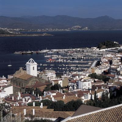 Centro de la localidad y el puerto deportivo