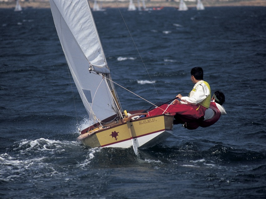 Sailing dinghy (Snipe class) in a regatta  (Marc Ripol)