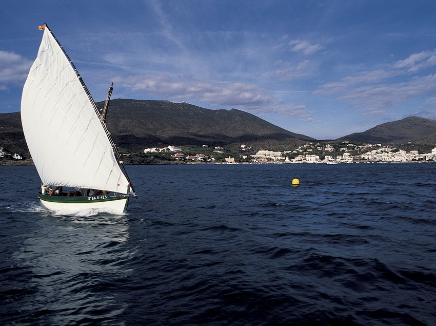Embarcación de vela latina navegando delante de Cadaqués  (Marc Ripol)