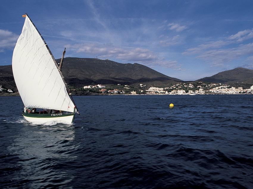 Embarcation à voile latine navigant face à Cadaqués