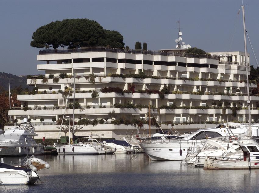 Embarcaciones delante de un hotel en el puerto deportivo de Marina Port d'Aro  (Marc Ripol)