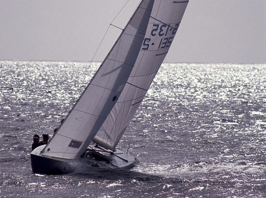 Embarcació de vela lleugera (classe Soling) en una regata