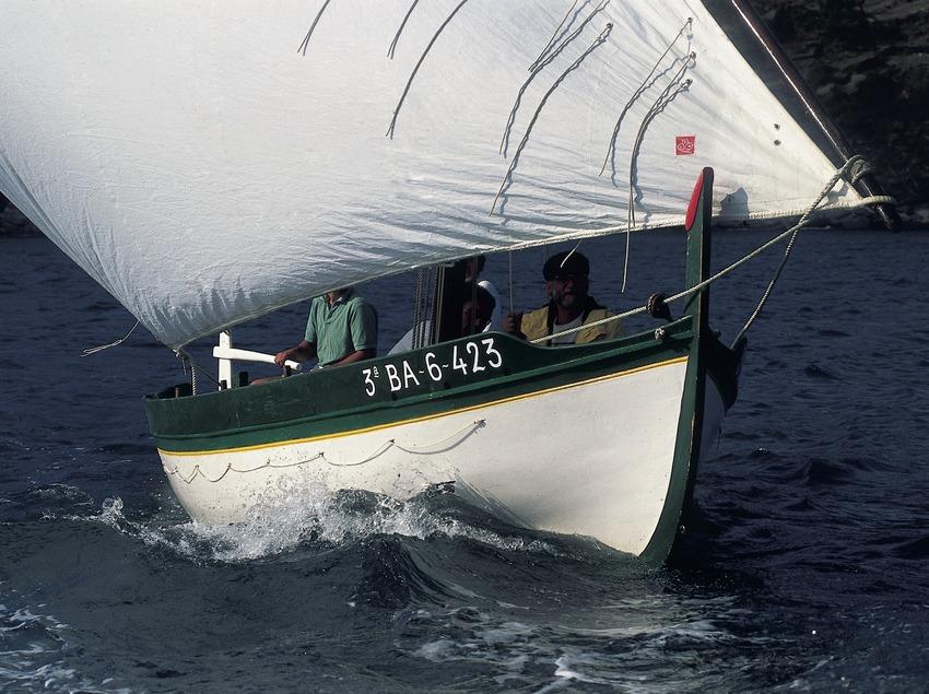 Embarcació de vela llatina navegant pel cap de Creus, Parc Natural del Cap de Creus